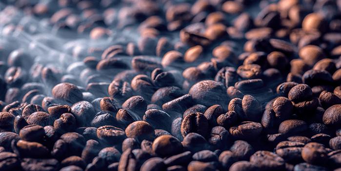 Grãos de café em processo quente de microtorrefadora de café
