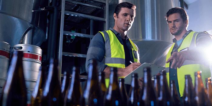 Funcionários analisam condições de segurança da cervejaria