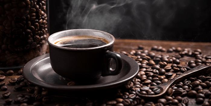 Xícara de café grãos torrados