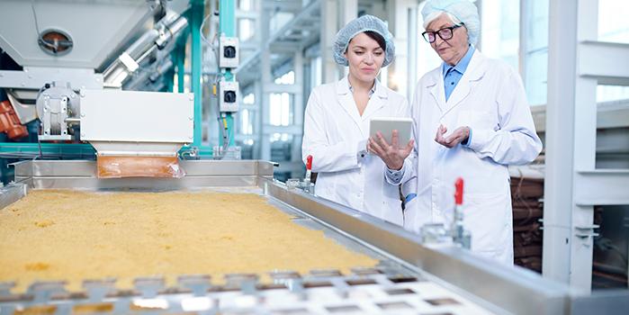 Mulheres trabalhando em indústria