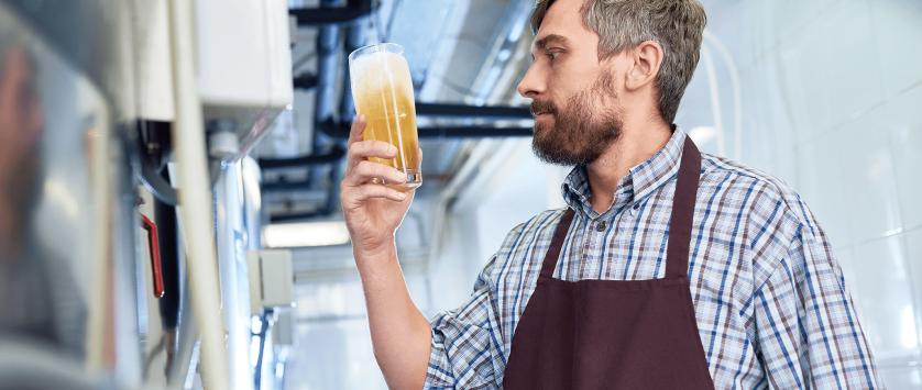 Homem degusta cerveja