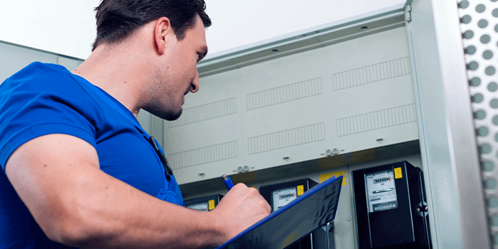 Funcionário confere instalação de medição individual de gás em condomínios